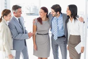 squadra di affari che chiacchiera e che sorride foto