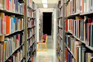 scaffale per libri in biblioteca foto