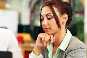 ritratto di una donna d'affari pensosa foto