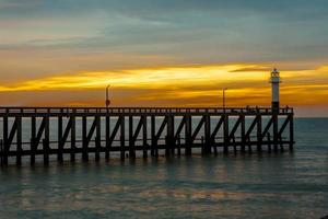 il molo con il palo della luce sul mare foto