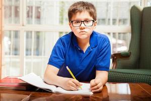 ragazzino a fare i compiti
