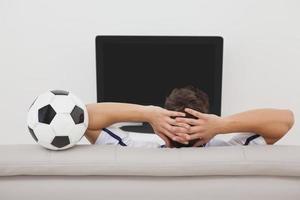 appassionato di calcio a guardare la tv foto