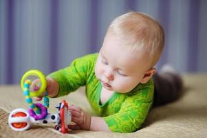 bambino gioca con giocattoli luminosi foto