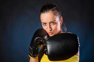 giovane donna boxe foto