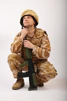 soldato accovacciato guardando in alto foto