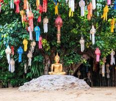 Buddha dell'oro al tempio Chiang Mai Tailandia di Wat Phan Tao foto