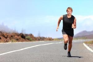 uomo che corre / sprint su strada