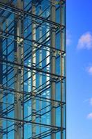 edificio moderno facciata di vetro contro il cielo foto