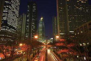 vista notturna di grattacieli nella zona subcenter di shinjuku foto