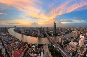 curva di andriver della città di Bangkok del fiume Chaopraya, Tailandia. foto