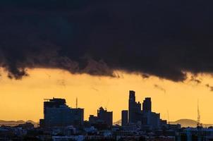 nuvola di pioggia sulla città, cielo giallo foto