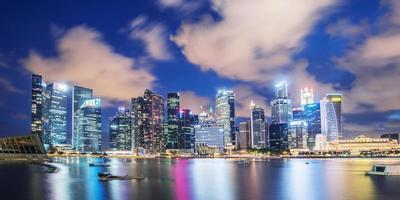 vista di notte di paesaggio urbano di Singapore