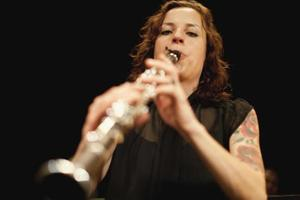 suonatore di clarinetto in orchestra foto
