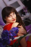 ritratto grazioso della giovane donna foto