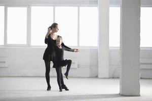 ballerina che insegna alla ragazza in magazzino