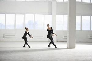 ragazza che impara balletto dal suo istruttore
