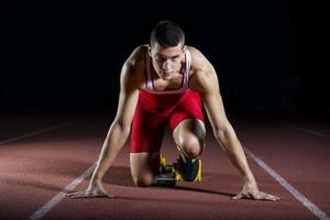 atleta sul blocco di partenza