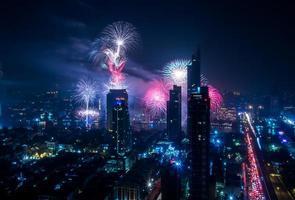 paesaggio urbano di Bangkok di notte durante la celebrazione di fuochi d'artificio foto