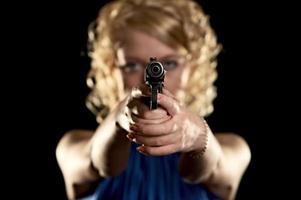 ragazza con arma foto