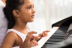 suonare il pianoforte foto