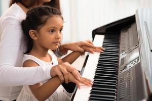 aiutando a suonare il piano foto