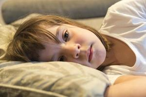 bambina che guarda la tv foto