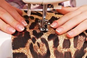 sarta donna lavoro sulla macchina da cucire foto