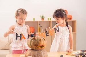 creando decorazioni di halloween foto