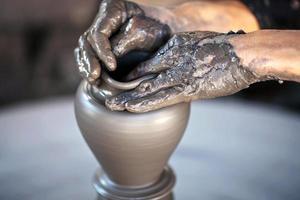 mani di un vasaio, creando un vaso di terracotta