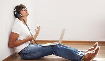 uomo hipster suonare la chitarra d'aria foto