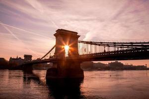 Budapest con il ponte delle catene contro l'alba in Ungheria
