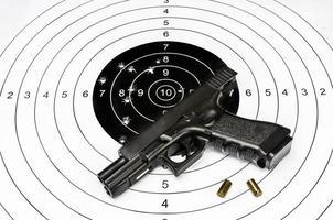 pistola e bersaglio da tiro foto