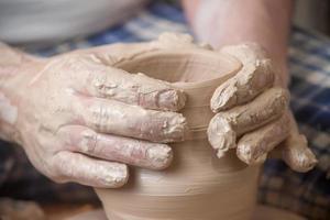 mani di un vasaio foto