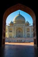 Taj Mahal incorniciato in arco, Agra, India foto