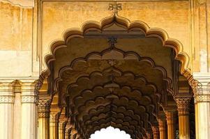 sala colonnata in forte rosso. Agra, India foto