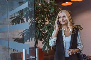 imprenditrice parlando per telefono foto