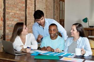 gruppo di startup business al lavoro in ufficio foto