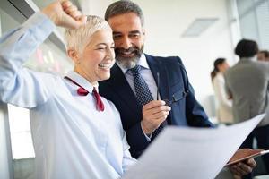 società di successo con lavoratori felici in carica foto