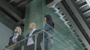 dirigenti aziendali discutendo di affari in un moderno edificio per uffici foto