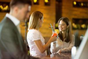giovani imprenditori si divertono nella caffetteria foto