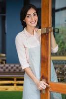 ritratto di cameriera in piedi all'ingresso foto