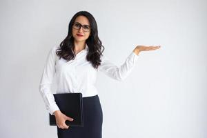 donna contenta di affari che tiene spazio vuoto sul palmo foto