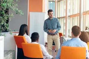 affari, avvio, presentazione, strategia e concetto della gente - equipaggi fare la presentazione al gruppo creativo all'ufficio foto