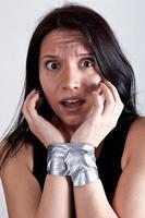 giovane donna in ostaggio