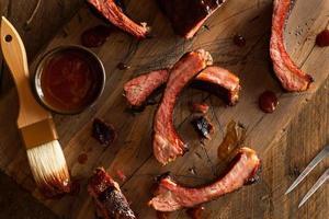 costolette di maiale barbecue affumicate fatte in casa foto