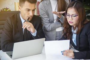 gruppo di uomini d'affari a parlare e discutere in sala riunioni. ufficio moderno. foto
