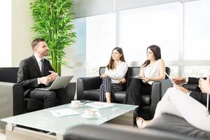 incontro produttivo tenuto nella hall dell'ufficio foto