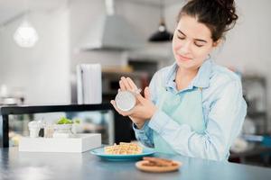 cameriera finendo dessert in caffetteria foto