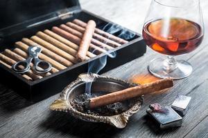 aroma di cognac e fumo di sigaro foto