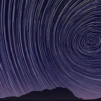 bella immagine della traccia della stella durante alla notte foto
